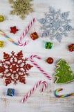 Decorazione di Natale su una tavola di legno Fiocchi di neve, regali, cand fotografie stock libere da diritti