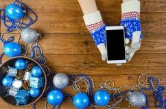 Decorazione di Natale su una tavola di legno, uno smartphone Fotografie Stock Libere da Diritti