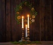 Decorazione di Natale su vecchio fondo di legno fotografie stock