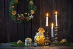 Decorazione di Natale su vecchio fondo di legno fotografie stock libere da diritti