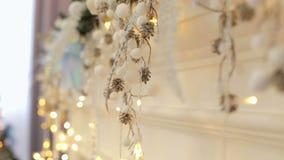 Decorazione di Natale sul camino Bokeh stock footage