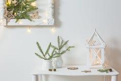 Decorazione di Natale sulla parete di bianco del fondo Immagini Stock Libere da Diritti