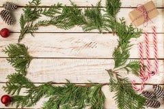 Decorazione di Natale sulla tavola di legno bianca immagine stock