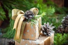 Decorazione di Natale sulle scatole d'annata Fotografia Stock