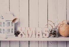 Decorazione di Natale sullo scaffale Immagini Stock