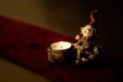 Decorazione di Natale, una candela con il nano fotografia stock libera da diritti