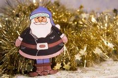 Decorazione di Natale di una ghirlanda brillante e delle figure di Santa Claus Fotografia Stock