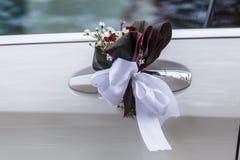 Decorazione di nozze allegata alle maniglie di porta dell'automobile Fotografia Stock Libera da Diritti