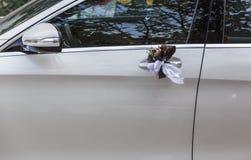 Decorazione di nozze allegata alle maniglie di porta dell'automobile Immagini Stock Libere da Diritti