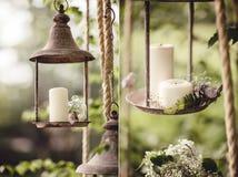 Decorazione di nozze con i fiori e le candele nella foresta Fotografie Stock Libere da Diritti