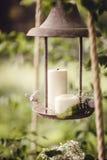 Decorazione di nozze con i fiori e le candele nella foresta Fotografia Stock Libera da Diritti