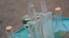Decorazione di nozze da vetro con la sabbia sul vassoio all'aperto video d archivio