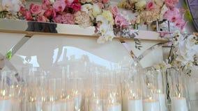Decorazione di nozze, decorazione della cerimonia di nozze, fiori nella decorazione di nozze video d archivio