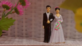 Decorazione di nozze di piccolo Toy Bride Groom Couple video d archivio