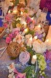 Decorazione di nozze, regolazione della tavola, disposizioni floreali nel ristorante Decorazioni di cerimonia di nozze fotografie stock