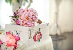 Decorazione di nozze sulla tavola Disposizioni floreali e decorazione Disposizione dei fiori rosa e bianchi in ristorante per l'e fotografie stock