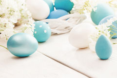 Decorazione di Pasqua con i fiori della primavera Immagine Stock