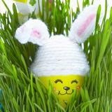 Decorazione di Pasqua con l'uovo sveglio in cappello del coniglietto Fotografie Stock Libere da Diritti
