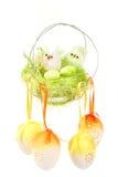 Decorazione di Pasqua con le uova e gli uccelli colorati Fotografia Stock Libera da Diritti