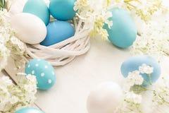 Decorazione di Pasqua con le uova ed i fiori Fotografia Stock