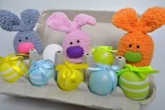 Decorazione di Pasqua - coniglietti di pasqua in una scatola di uova Immagini Stock