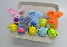 Decorazione di Pasqua - coniglietti di pasqua in una scatola di uova Fotografia Stock