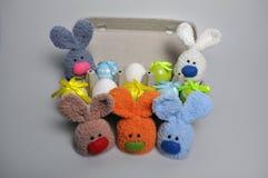 Decorazione di Pasqua - coniglietti di pasqua in una scatola di uova Fotografie Stock