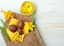 Decorazione di Pasqua e fiori freschi del narciso della molla fotografia stock