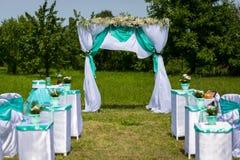 Decorazione di una cerimonia di nozze Una tavola per una cerimonia di nozze immagini stock