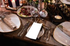 Decorazione di una tavola ad un ricevimento nuziale o ad una festa di compleanno - bei colori scuri fotografie stock libere da diritti