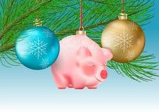 Decorazione di vacanza invernale Metta del Natale trasparente bagattelle blu e dorate e porcellino sveglio sui nastri sul ramo de immagine stock libera da diritti