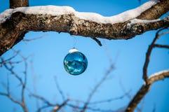 Decorazione di vetro blu di natale Immagine Stock