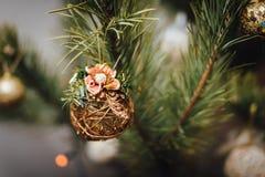 Decorazione di vimini della palla che appende sull'albero di Natale Immagini Stock Libere da Diritti