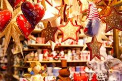 Decorazione differente, giocattolo per l'albero di natale sul mercato di natale, fine su dei cuori fatti a mano accoglienti immagine stock