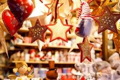 Decorazione differente, giocattolo per l'albero di natale sul mercato di natale, fine su dei cuori fatti a mano accoglienti fotografie stock