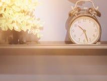 Decorazione domestica con la sveglia e lo sma classici in bianco e nero fotografie stock