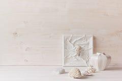Decorazione domestica molle; coperture e coralli su fondo di legno bianco Fotografia Stock Libera da Diritti