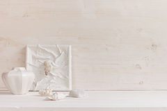 Decorazione domestica molle; coperture e coralli su fondo di legno bianco Fotografie Stock Libere da Diritti
