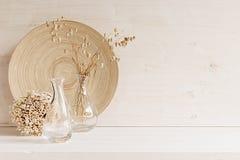 Decorazione domestica molle del vaso di vetro con le spighette ed il piatto di legno su fondo di legno bianco Immagini Stock Libere da Diritti