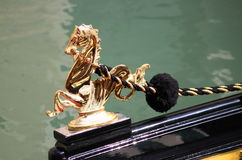 Decorazione dorata del cavalluccio marino su una gondola Fotografia Stock