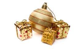 Decorazione dorata di natale con i contenitori di regalo Immagine Stock