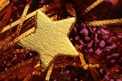 Decorazione dorata di natale con la stella dell'oro Fotografie Stock Libere da Diritti