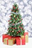 Decorazione dorata di nevicata delle palle delle luci della neve del fondo dell'albero di Natale Immagini Stock