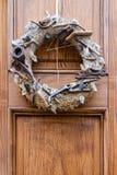 Decorazione esteriore sulla porta corona decorativa dai modelli degli strumenti fotografia stock