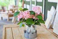 Decorazione esterna con il mazzo dei fiori teneri Fotografia Stock