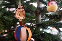 Decorazione fatta a mano di Natale che appende nell'albero Fotografia Stock