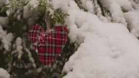 Decorazione fatta a mano di Natale che appende sull'albero di abete nevoso video d archivio