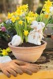 Decorazione fatta a mano di Pasqua con i fiori ed il coniglietto della molla a casa Immagine Stock