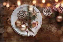 Decorazione festiva della tavola di natale nello stile elegante misero con bok Fotografie Stock Libere da Diritti