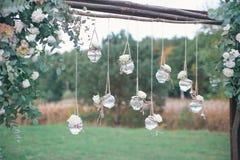 Decorazione floreale di nozze originali sotto forma di mini-vasi Immagine Stock Libera da Diritti